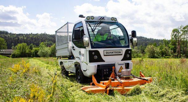 Der umweltfreundliche Geräteträger Q-ELION (M-Serie) der Quantron AG mit Mähwerk.